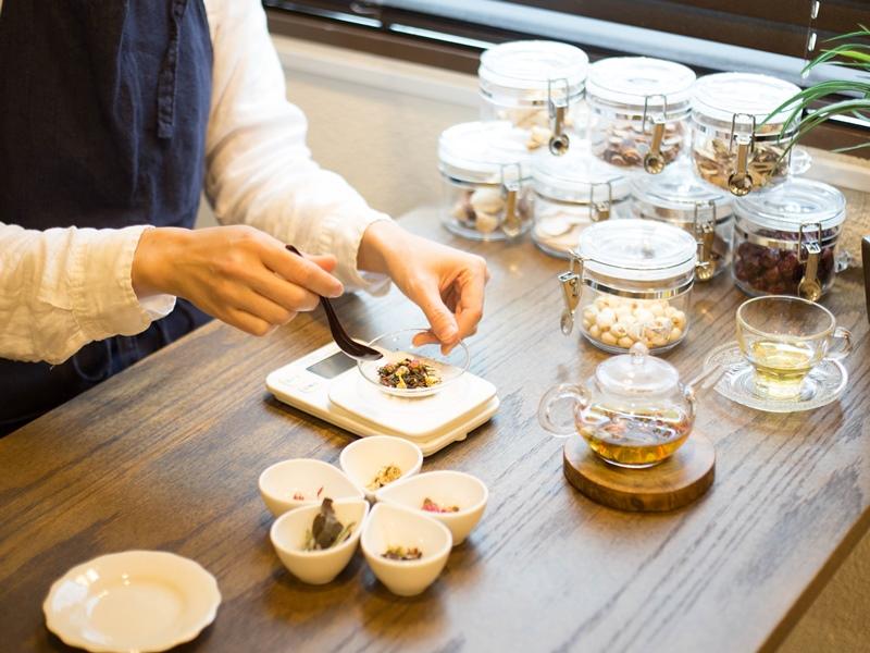 薬膳茶のブレンドには素材の組み合わせや効能についての専門知識が必要です。