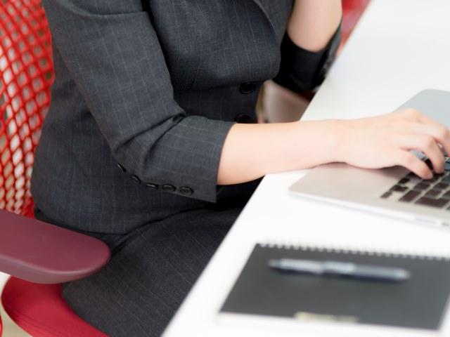 仕事などで椅子に座りっぱなしだと、お尻に圧力がかかるうえに摩擦で皮膚にダメージが・・・