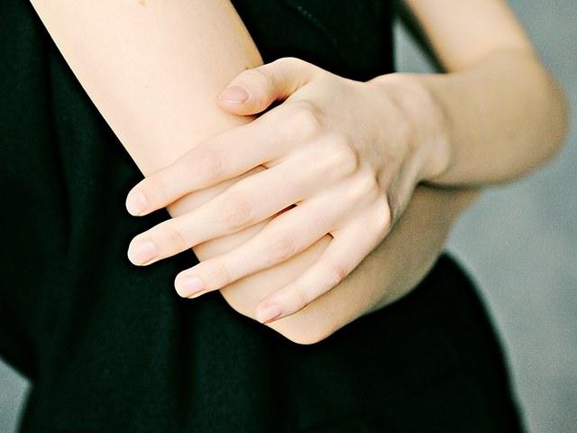 ヒジやヒザが黒ずんでいる時には、まず古い角質を落とす角質ケアを。