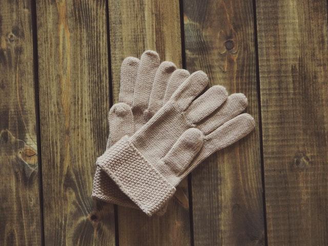 手首は手袋やアームウォーマーなどで防寒を。