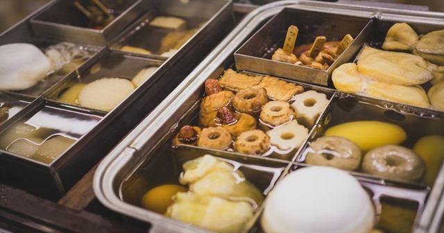 2月22日の「おでんの日」の由来は、アツアツのおでんを食べる時に息を吹きかけて冷ます「ふーふーふー」という語呂合わせからきています。