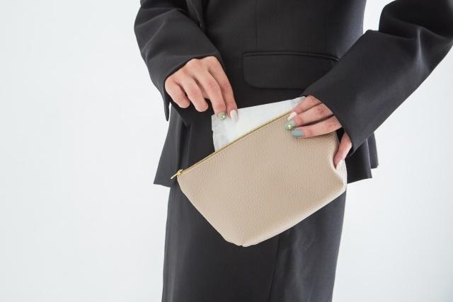 布ナプキンの持ち帰る時は、汚れた部分を内側に畳んでビニール袋に入れポーチにしまいましょう。