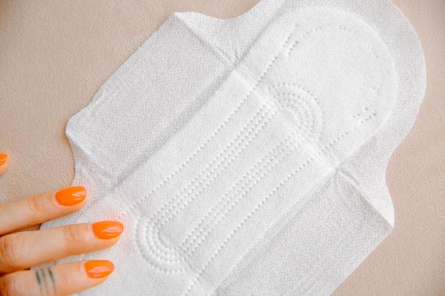 紙ナプキンに使われている合成繊維は、速乾性は高いけれど、吸水性と通気性が低いので、蒸れやすい素材でもあります。
