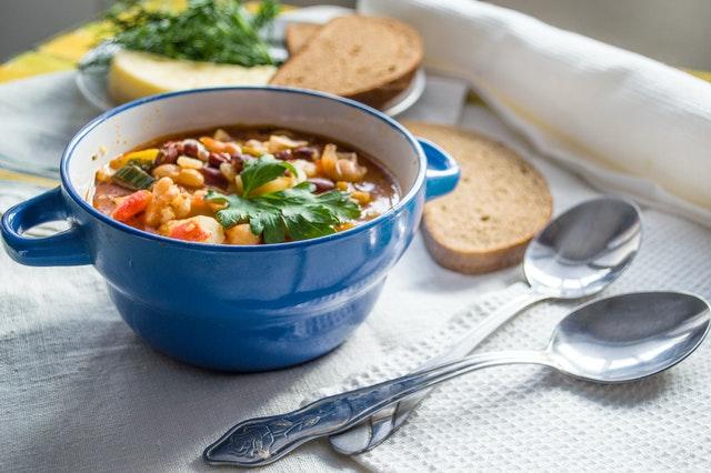 お尻の冷えを解消するには、体を温める食べ物を摂るのも効果的です。