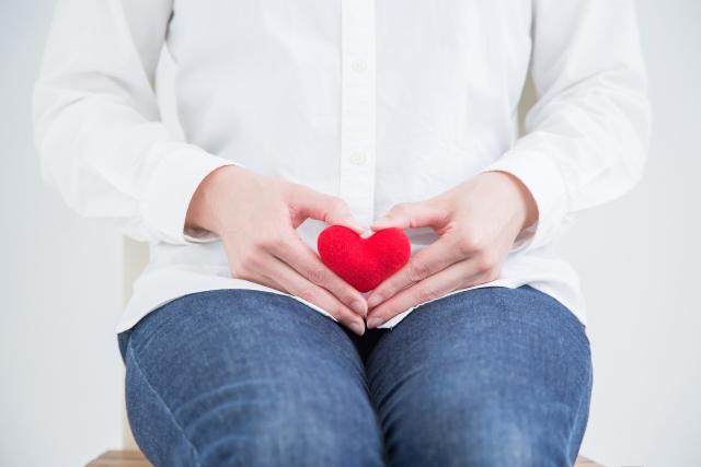 生理の時に、プロスタグランジンという痛みのもとが子宮を収縮させることで起こる、下腹部やお腹の痛みのことを生理痛と言います。
