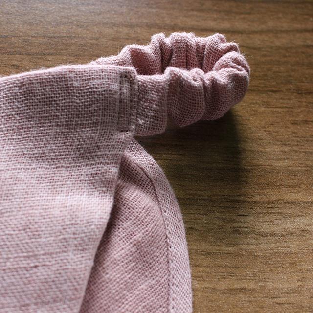 近くで見ると、リネンの風合いを感じられる生地になっています。丁寧な縫製なのも魅力です。