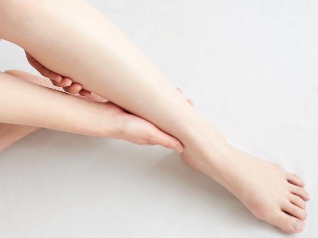 水分を多く摂り過ぎたり、きつい下着などで足の付け根を圧迫したりすると、顔や足がむくみやすくなります。
