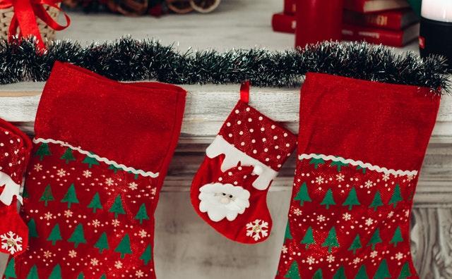アメリカでは、クリスマスイブやクリスマス当日に、家族や友人とギフトを贈りあう習慣があります。