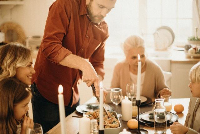 サンクスギビングのイメージとしては私達のお盆やお正月のような過ごし方をする人が多く、帰省して離れた家族に会ったり、お世話になった人に、今年一年の感謝とご挨拶を送ったりする時期になります。